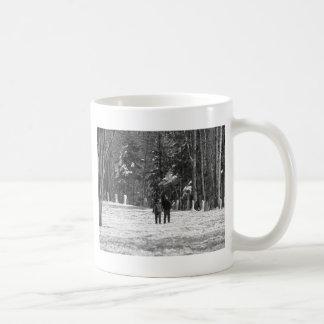 Gå till och med skogen kaffemugg
