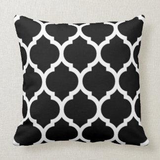 GallerQuatrefoil för svart vit marockanskt mönster Prydnadskudde