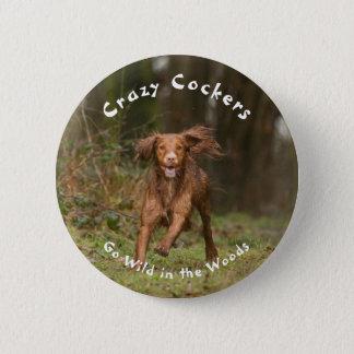 Galna cockerspaniels går vilden i skogen standard knapp rund 5.7 cm