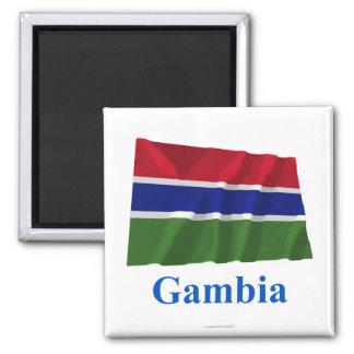 Gambia som vinkar flagga med namn magnet för kylskåp