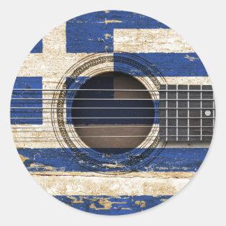Gammal akustisk gitarr med grekisk flagga runt klistermärke