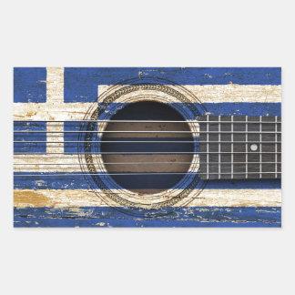 Gammal akustisk gitarr med grekisk flagga rektangelformade klistermärken