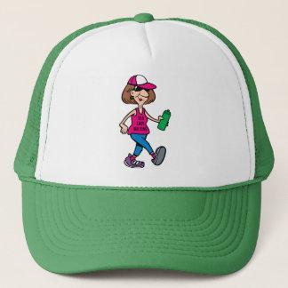 Gammal dam som går hatten truckerkeps