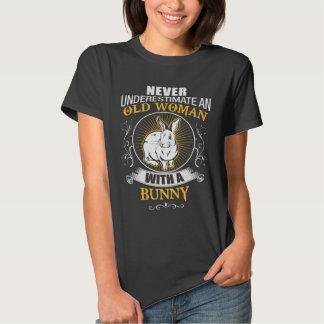 Gammal kvinna med en kanin tshirts