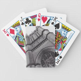 Gammal kyrka (cykel) som leker kort spelkort