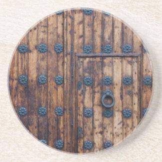 Gammal liten dörr inom stora dörrar underlägg sandsten