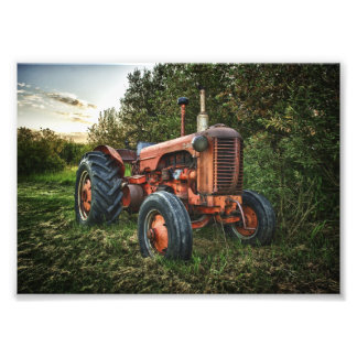 Gammal röd traktor för vintage fototryck