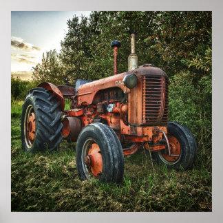 Gammal röd traktor för vintage poster