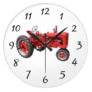 Gammal röd traktor stor rund klocka