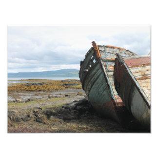 Gammala fartyg på en skotsk strand på islen av fototryck