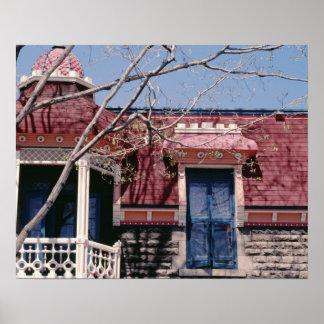 Gammalmodig arkitektur med balkongen poster