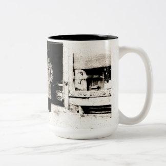 Gammalmodig kaffemugg för mystisk man Två-Tonad mugg