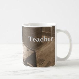 Gammalmodigt klassrum i sepia kaffemugg