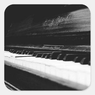 Gammalt piano fyrkantigt klistermärke