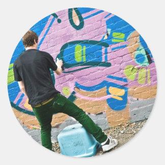Gatakonstnär som gör saker runt klistermärke