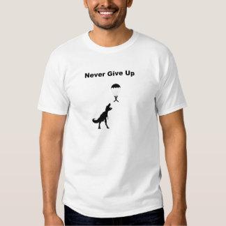 Ge sig aldrig upp t shirt