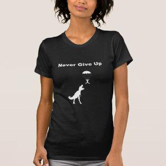 Ge sig aldrig upp t shirts