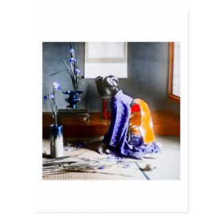 Geisha som ordnar blommavintage gammala Japan Vykort
