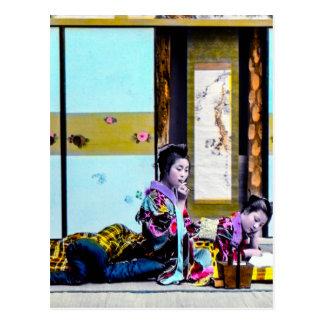 Geisha som två röker för sängvintage Japan Vykort