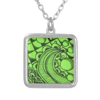 Genomsnittligt grönt mönster silverpläterat halsband