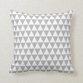 Geometriskt mönster för triangel i grå färg och dekorativ kudde