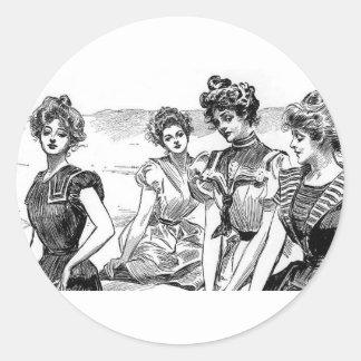 Gibson flickor på stranden runt klistermärke