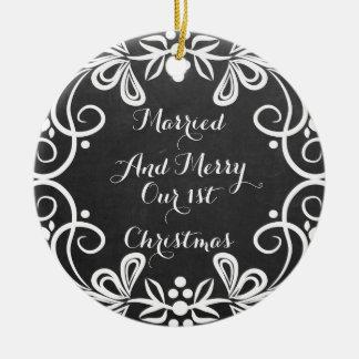 Gift och glad första svart tavla för julfoto rund julgransprydnad i keramik
