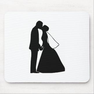 Gifta sig kyssbruden och brudgumsilhouetten