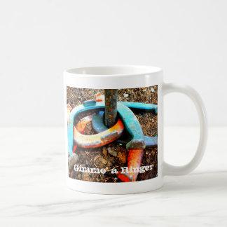 Gimme en Ringerhästsko som kastar gåvor Kaffemugg