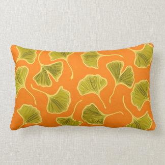 Ginkgolöv på den ljusa orangen lumbarkudde