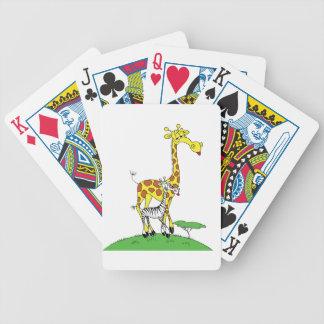 Giraff och en sebra som leker kort spelkort