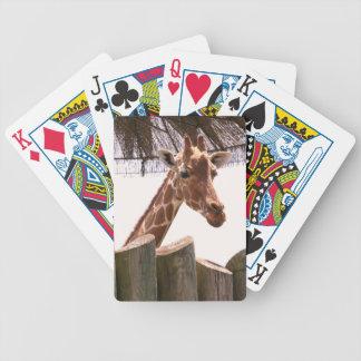 Giraff som leker kort spelkort