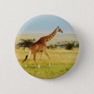 Giraffet som går MasaiMara slättar, Kenya knäppas Standard Knapp Rund 5.7 Cm