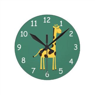 Giraffet tar tid på rund klocka