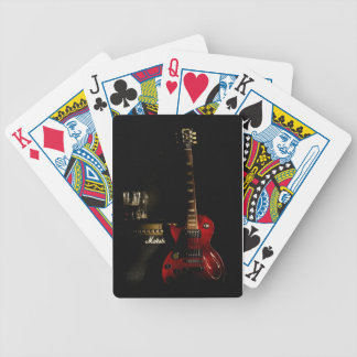 Gitarr och ampere som leker kortet spelkort