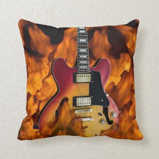 gitarren avfyrar på kuddar