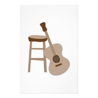 Gitarren och pallr stationär