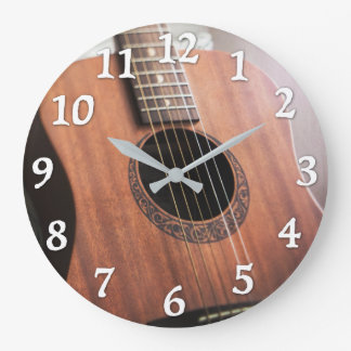 Gitarren tar tid på stor rund klocka