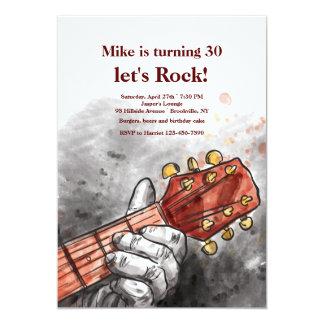 Gitarristen räcker inbjudan