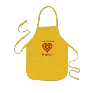 Gjort med personlig för kärlekregnbågehjärta barnförkläde