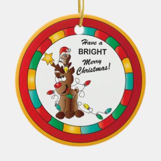 Glad och ljus ren och julmus rund julgransprydnad i keramik