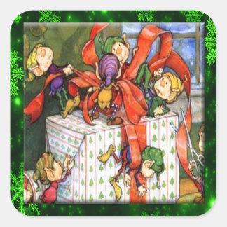 Glada älvor som slår in gåva, kvadrerar fyrkantigt klistermärke