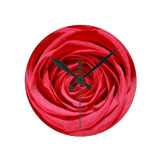 Glansiga blommönster för röd rosbröllopsbuketter rund klocka