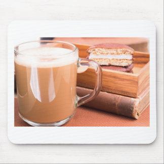 Glass mugg med varma choklad och kexar musmatta