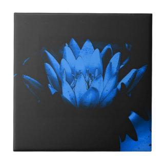 Glödande blom- konst för blåttlotusblomma belägger kakelplatta