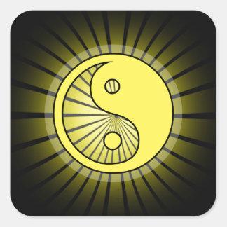 Glödande gula Yin Yang över svart Fyrkantigt Klistermärke