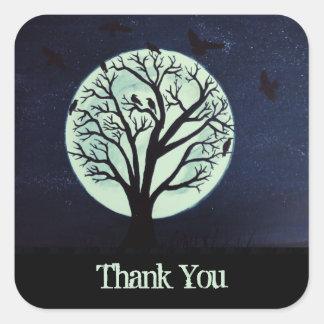 Glödande månsken med kråkor och trädtack fyrkantigt klistermärke