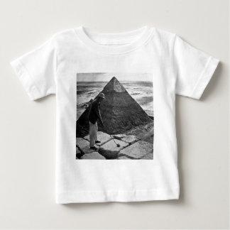Golf på den svartvita pyramidvintagen tee shirt