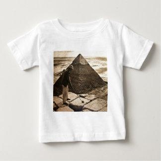 Golf på den tonade pyramidsepiaen tröja