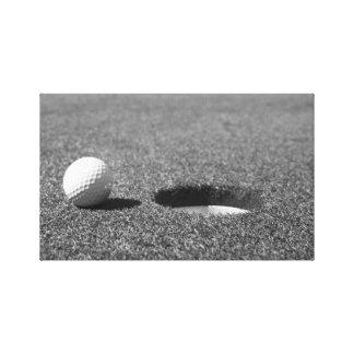 Golfboll bredvid hål canvastryck